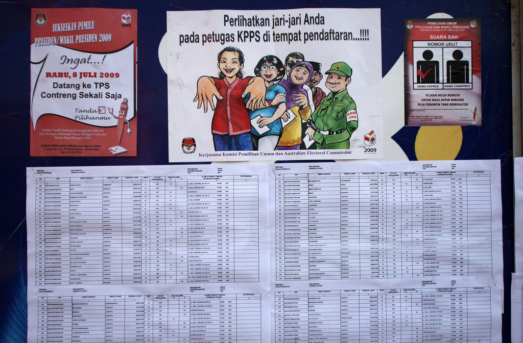 Citizens are informed about registering for and voting in elections in Indonesia. Photo by Josh Estey for AusAID