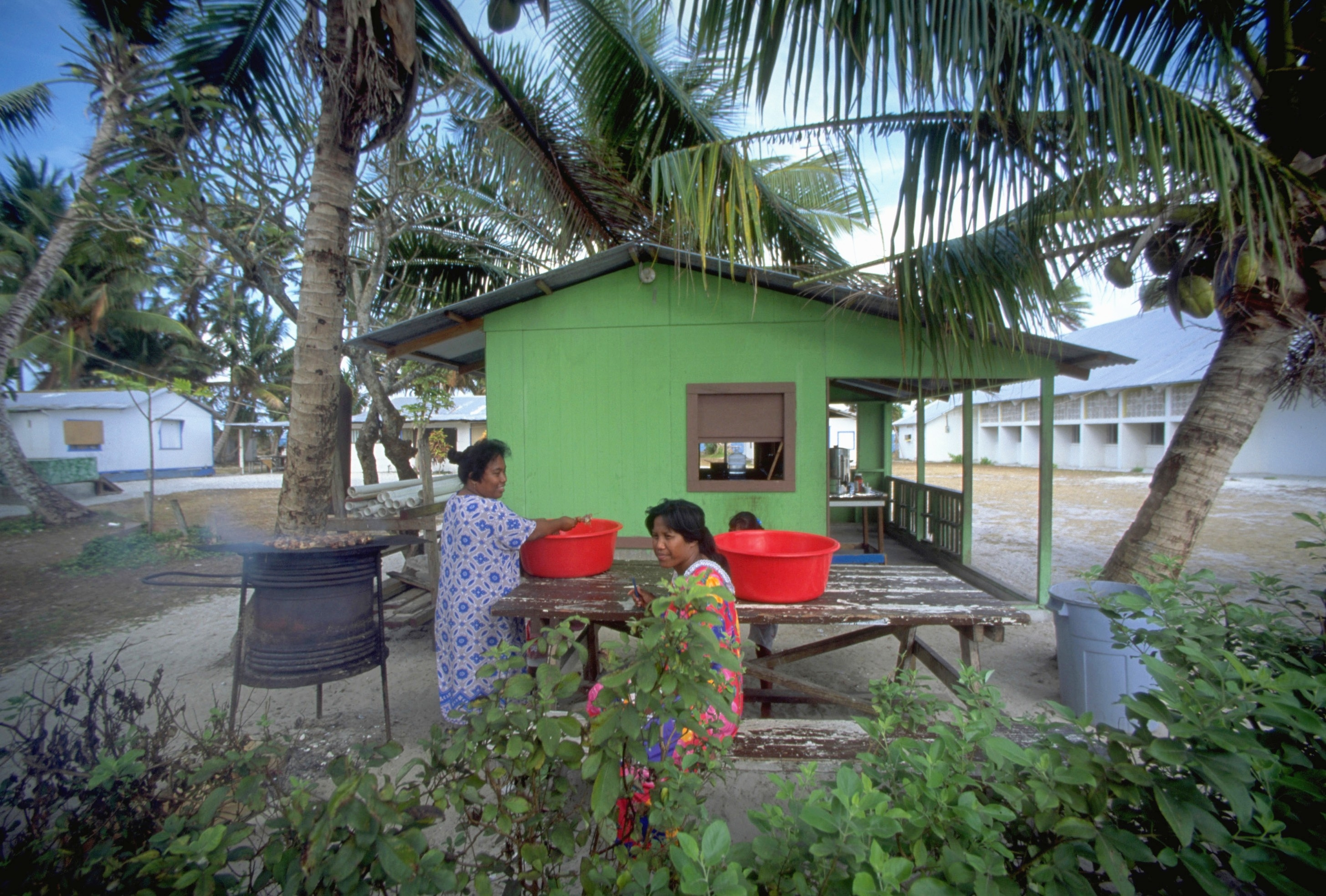 Cooking and eating outdoors at Majuro, Marshall Islands Photo © Douglas Peebles/CORBIS