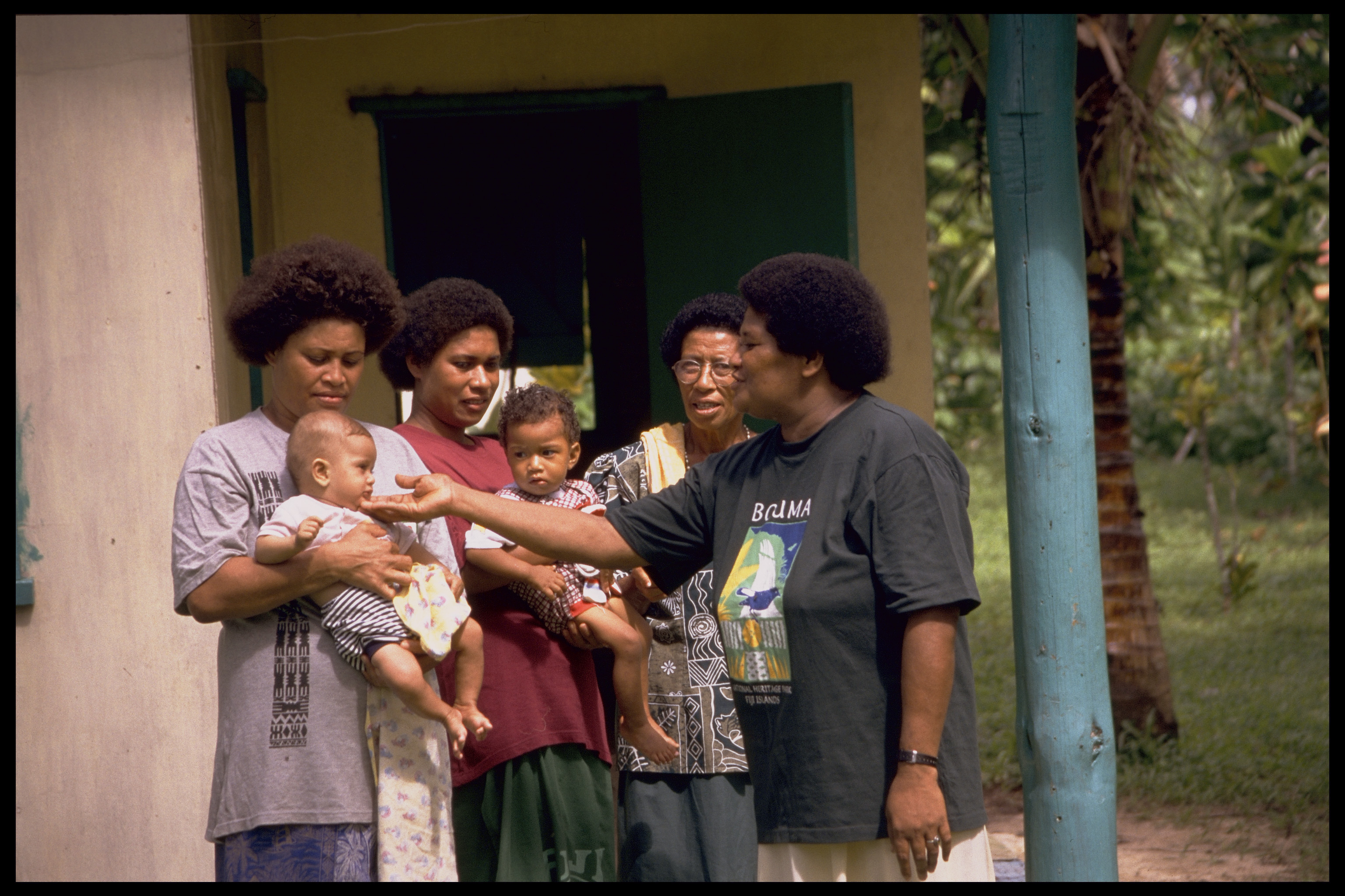 A health worker discusses babies' health with mothers, Fiji. Photo by Peter Davis for AusAID