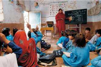New teaching methods and smaller classes, like this one in Pakistan, help children learn. Photo ©UNICEF/HQ04-0209/Zaidi