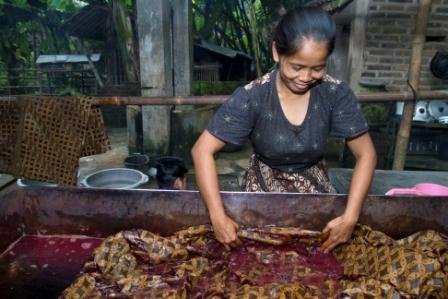 Soaking the waxed cotton in dye at a batik workshop in Indonesia Photo by Ahmad Salman for AusAID