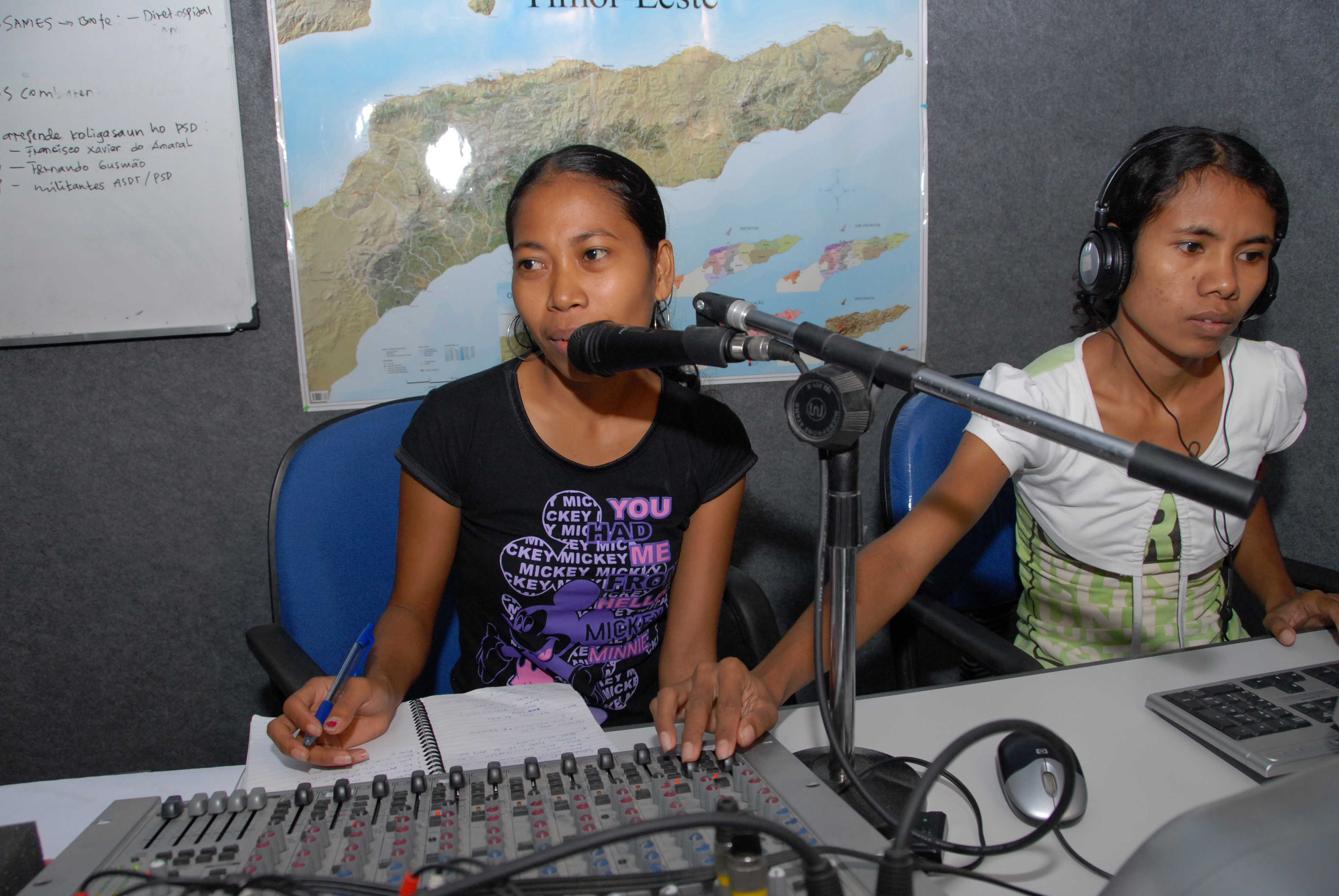 At the Independent Centre for Journalism, young East Timorese women and men participate in education and training courses to produce quality news stories. Photo by J. Vas for DFAT.