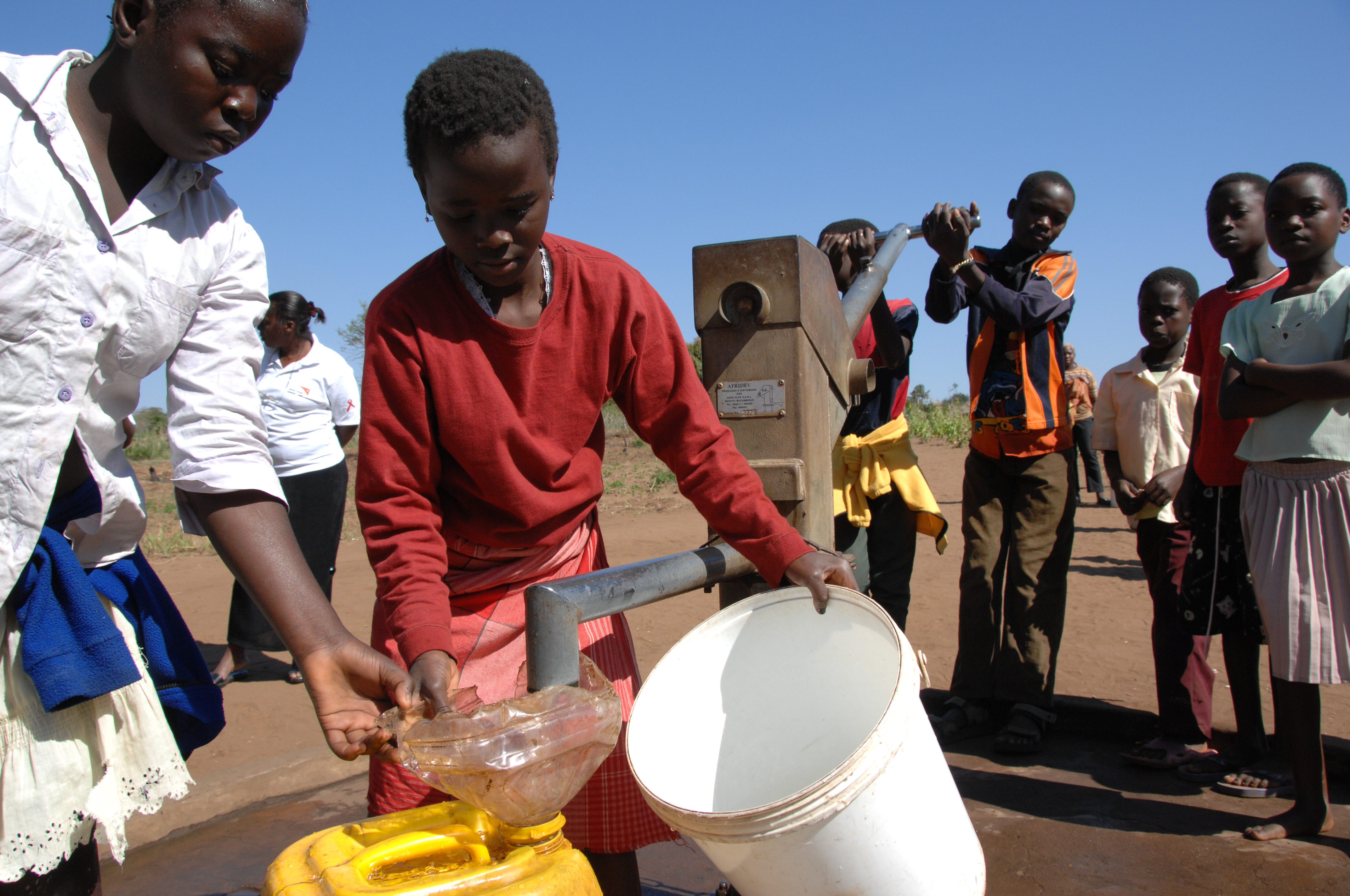 Children collect water from a pump installed at their school, as part of the child-friendly schools initiative in Mozambique. Photo ©UNICEF/NYHQ2007-2514/Thierry Delvigne-Jean