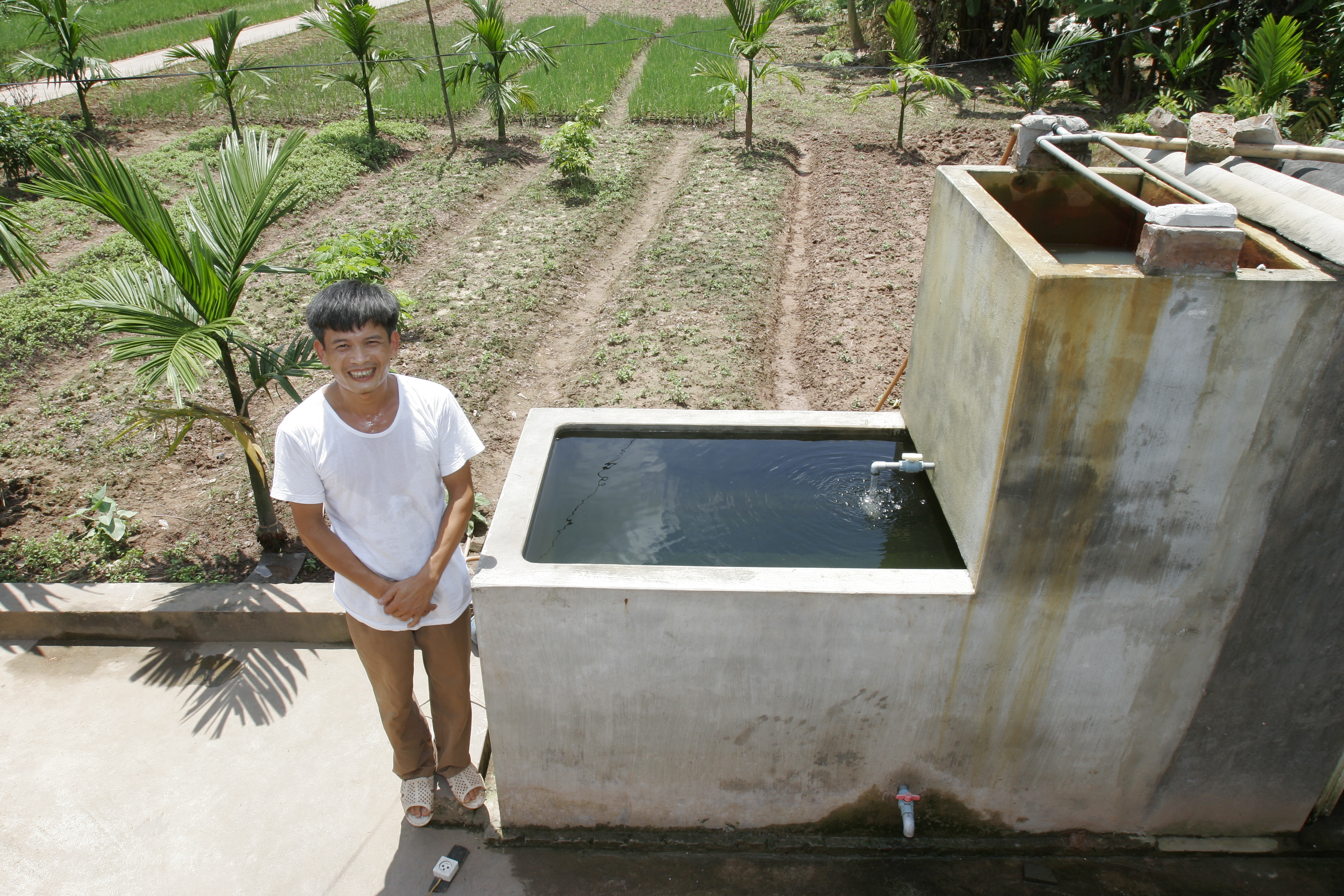 Dao Van Manh in Vietnam has installed a sand filter to clean his stored water. Photo by AusAID